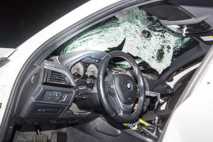 Nach der Kollision mit dem großen Stein ist die Windschutzscheibe des BMW komplett zersplittert.