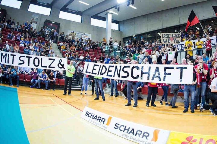 Mit Stolz & Leidenschaft schrien, trommelten und klatschten die DSC-Fans ihre Lieblinge beim ersten Halbfinale in Stuttgart zum Sieg.