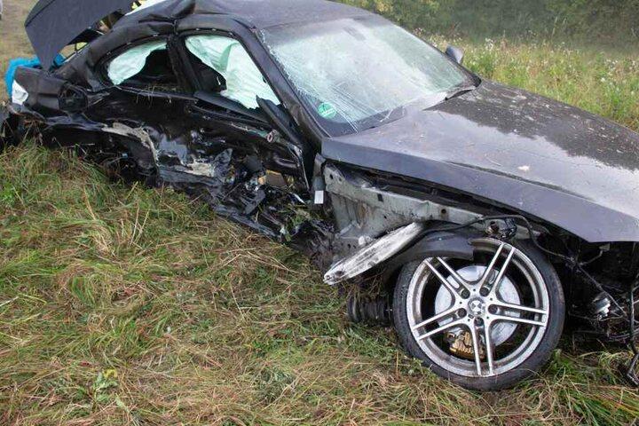 Am zerstörten BMW wird die Wucht des Aufpralls deutlich.