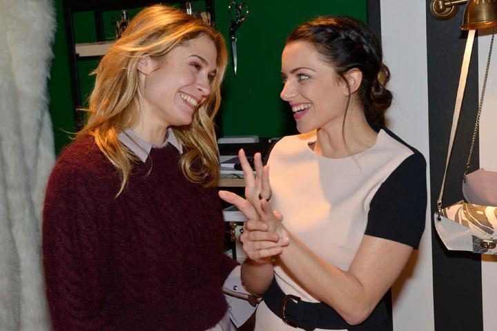 Begeistert präsentiert Emily ihren Ring Sophie.