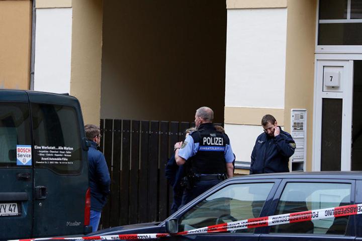 Die Polizei ermittelt, wie die Frau zu Tode kam.