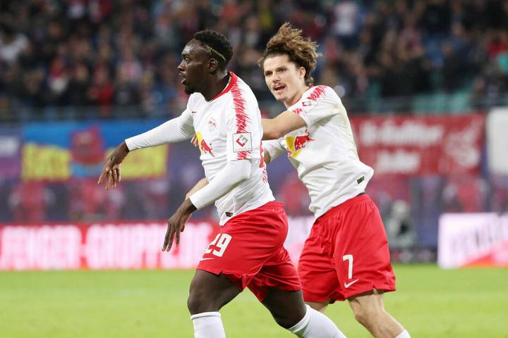 Neben Kapitän Willi Orban (nicht im Bild) traf beim 2:0-Erfolg in der Hinrunde auch Jean-Kévin Augustin (l., neben Marcel Sabitzer).