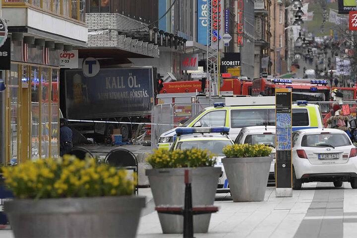 Im Hintergrund ist der Lkw zu sehen, der in ein Kaufhaus gekracht ist.