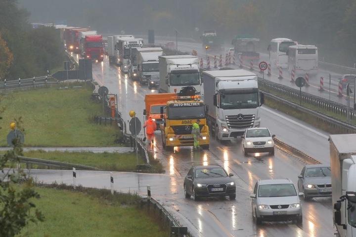 An der Anschlussstelle Pulsnitz war ein Lkw in die rechte Leitplanke gekracht.