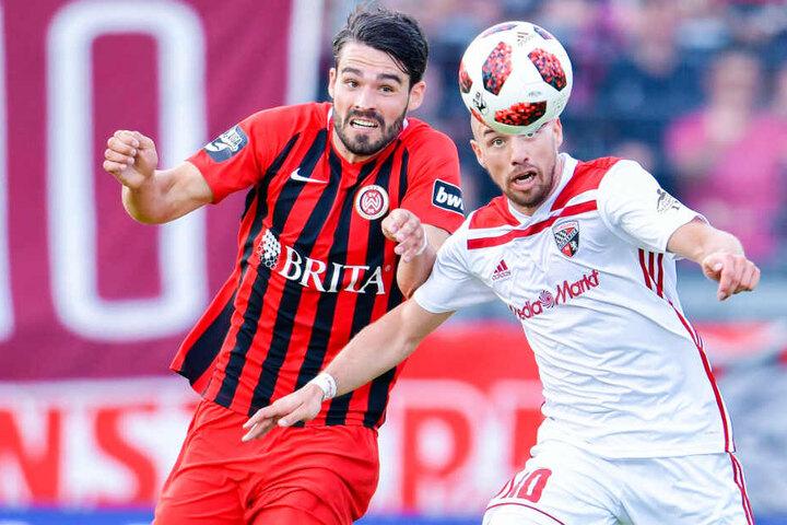 Eine Szene des Relegationshinspiels: Wiesbadens Sascha Mockenhaupt (l) und Ingolstadts Thomas Pledl kämpfen um den Ball.