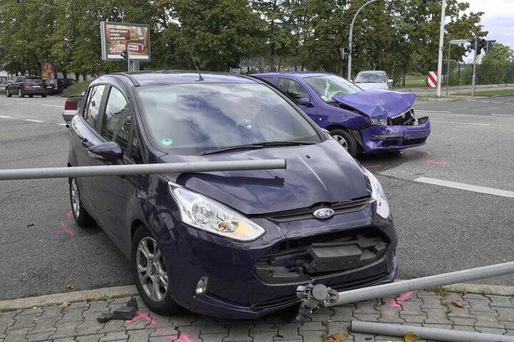 Der Ford wurde gegen ein Geländer geschoben.
