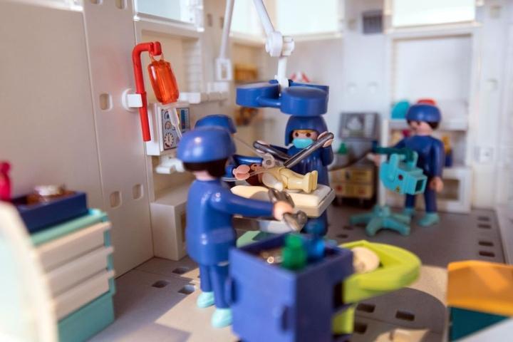 Liebe zum Detail: In einem der 50 Schaukästen kann man die Behandlungsräume eines Krankenhauses bestaunen.