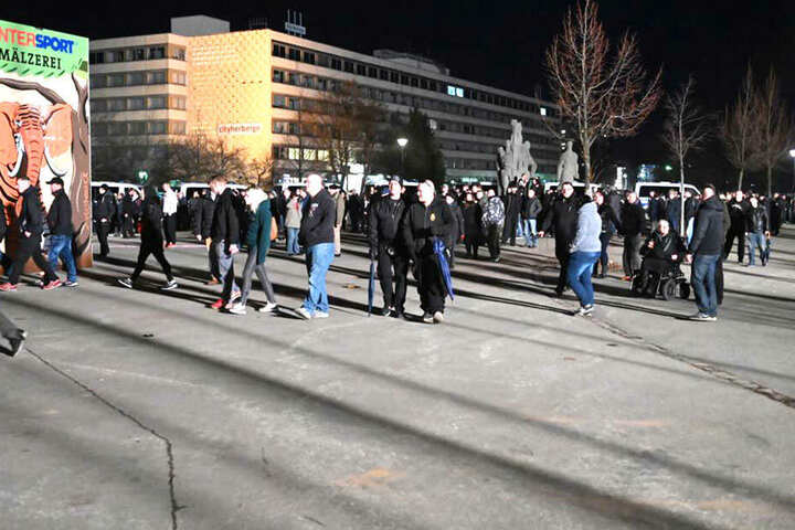 Der Zug der rechten Demonstranten hat sich noch nicht in Bewegung gesetzt.