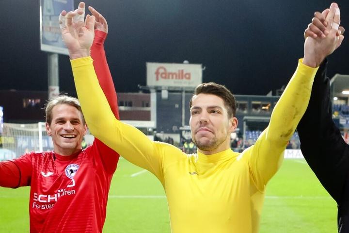 Kann Torhüter Stefan Ortega (M.) auch bei Jahn Regensburg einen Sieg feiern?