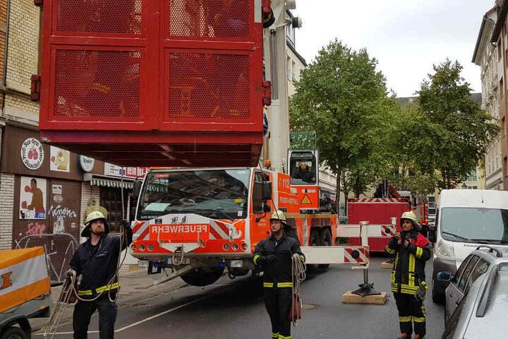 Anschließend erfolgte der Transport mit einem Schwerlast-Rettungswagen in ein nahe gelegenes Krankenhaus.