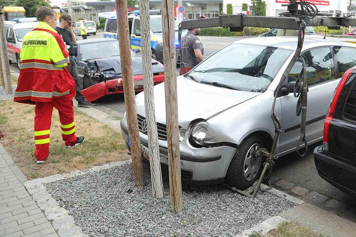 Der Toyota (links) knallte in den Polo, der dann wiederum in zwei vor ihm geparkte Wagen krachte.
