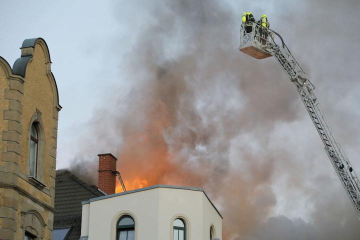 Die Flammen schlugen aus dem Dach als die Feuerwehr eintraf.