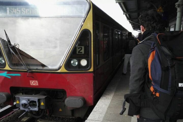 Hurra, der Pendelzug ist endlich da. Nach mehr als 30 Minuten fuhr er endlich in den Bahnhof Schöneweide ein.