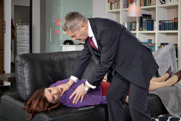 Dr. Rolf Kaminski ist geschockt. Er findet die ehemalige Gesundheitsdezernentin Vera Bader bewusstlos in ihrer Wohnung.