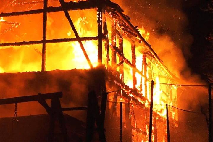 Das Feuer brannte lichterloh.