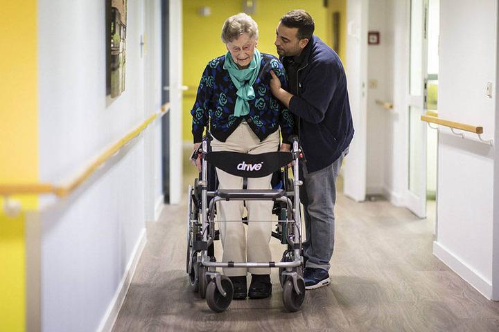 Händeringend gesucht werden im Freistaat Pflegekräfte.