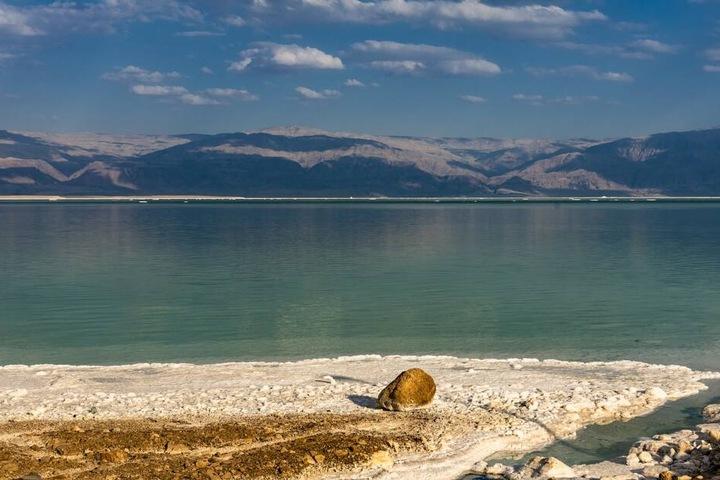 Das Tote Meer zwischen Israel und Jordanien. Das salzverkrustete Ufer liegt 400 Meter unter dem normalen Meeresspiegel.