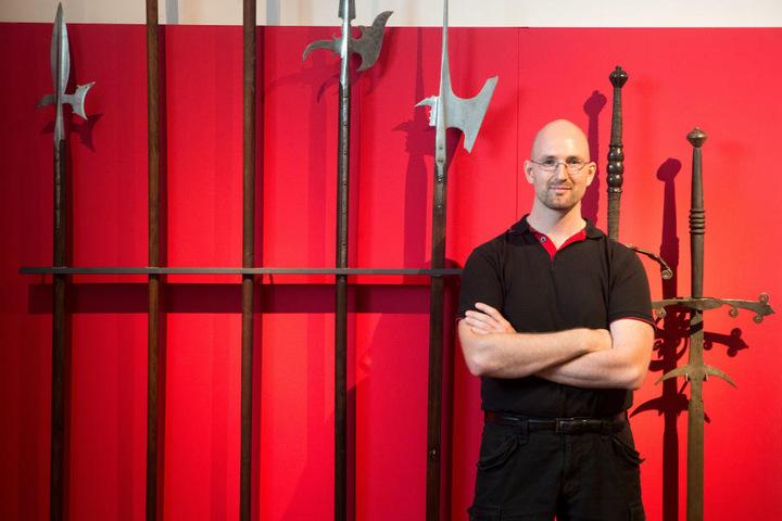 Fechtexperte Thore Wilkens unterstützt die neue Ausstellung mit seinem Wissen über Waffenkunst in Chemnitz.