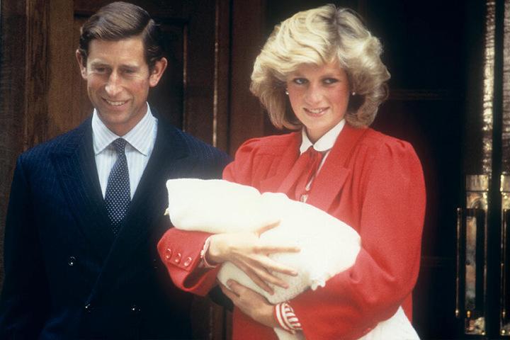 Prinzessin Diana hält ihren Sohn Prinz Harry auf den Armen, als sie mit ihrem Ehemann Prinz Charles das Krankenhaus nach der Geburt am 16.09.1984 verlässt.