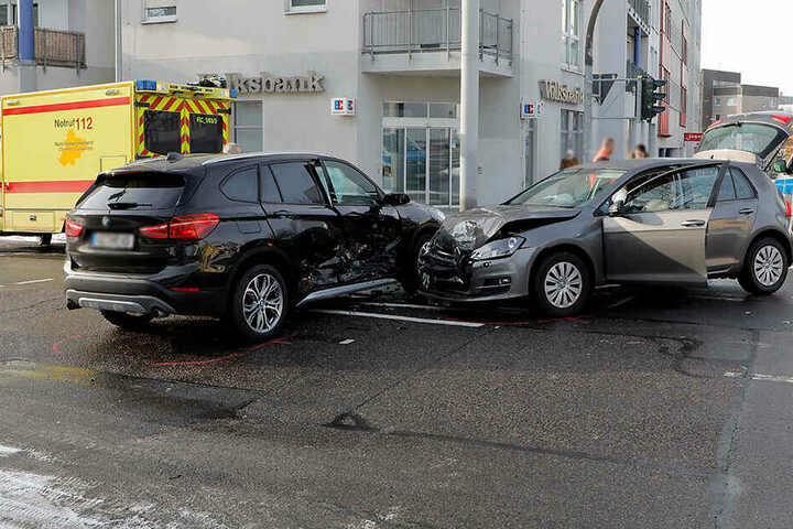 Der VW krachte dem BMW auf der Kreuzung Salz-/Bergstraße in die Seite.