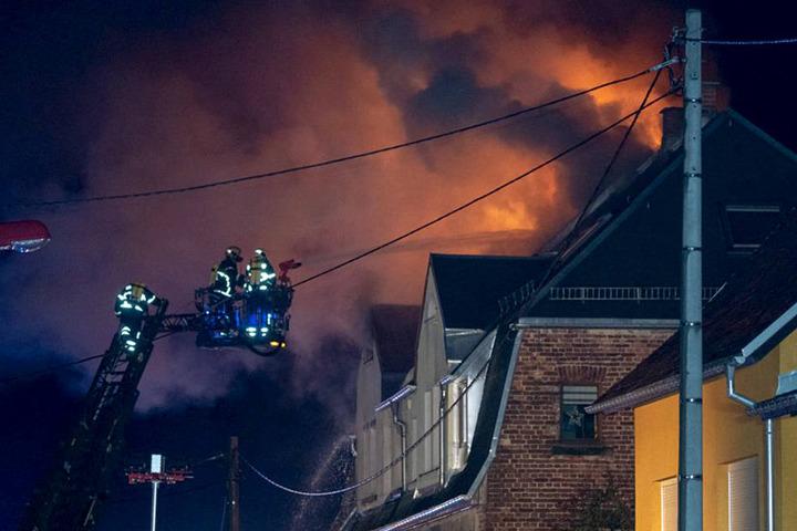 Flammen und dicke Rauchwolken schlugen den Einsatzkräften aus dem Dach entgegen.