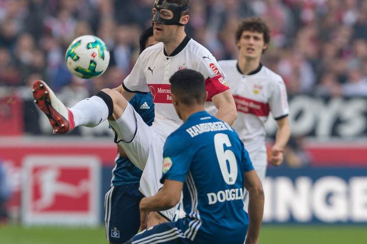 Stuttgarts Christian Gentner (M.) spielt den Ball gegen Hamburgs Douglas Santos.