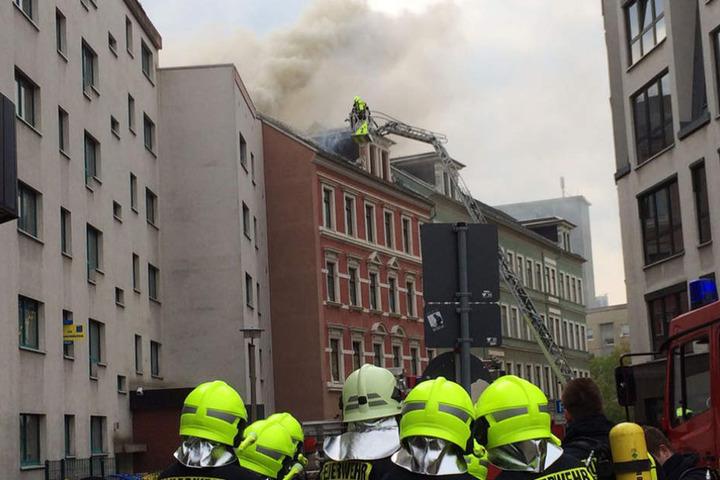 Über eine Drehleiter bekämpften die Kameraden der Feuerwehr den Dachstuhlbrand.