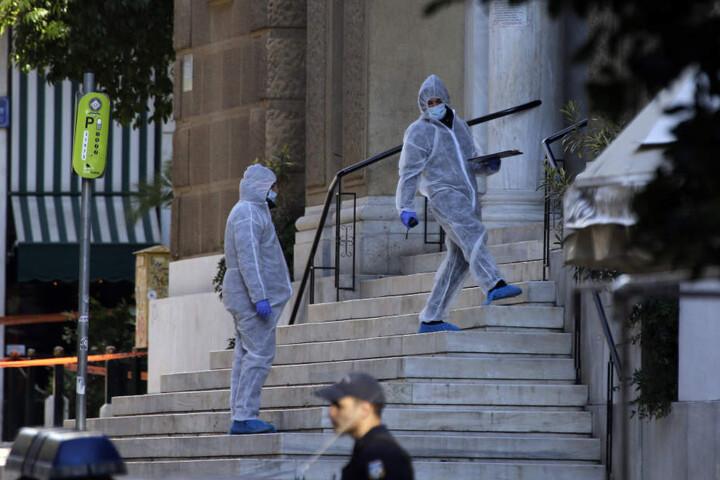 Ein griechischer Polizist und ein Kirchenverwalter wurden bei der Explosion verletzt.