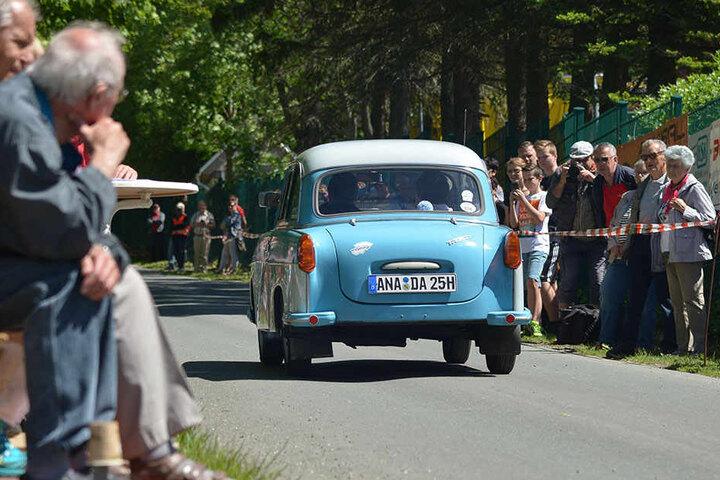 Sprichwörtlich eine Rennpappe: Auch Trabants durften bei der Hügelfahrt in Annaberg-Buchholz nicht fehlen.