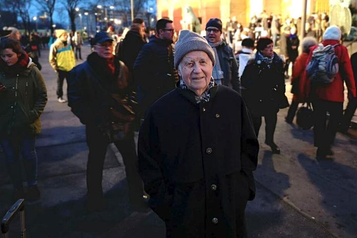 Auch der ehemalige sächsische Ministerpräsident Kurt Biedenkopf (89) reihte sich in die Menschenkette ein.