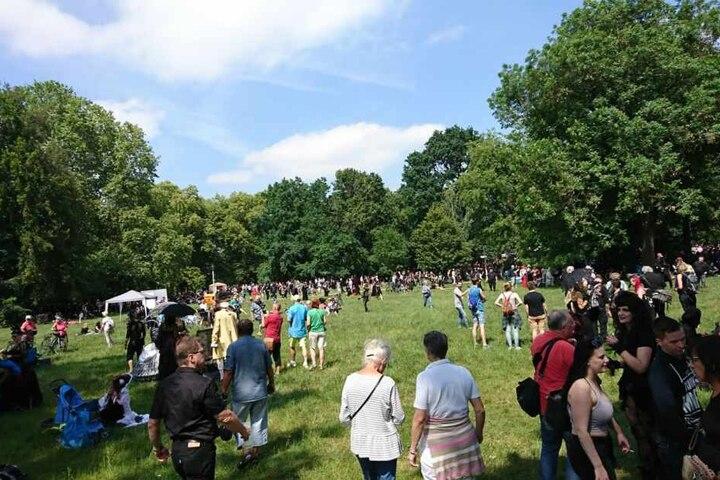 Gegen 14 Uhr strömten die Teilnehmer des Viktorianischen Picknick in den Clara-Zetkin-Park.