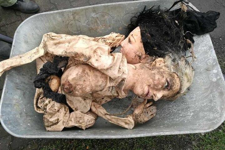 Die vermeintlichen Leichen entpuppten sich schließlich als aufblasbare Puppen.
