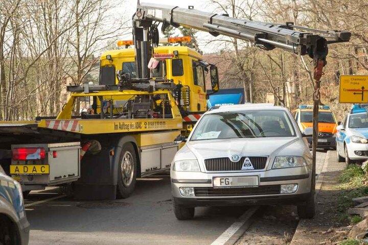 Mit seinem Kranwagen hob ADAC-Fahrer Michael Barth im Flöhaer Ortsteil Falkenau  den Skoda vom Verletzten herunter