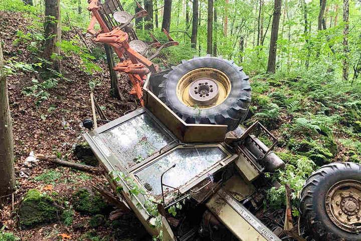 Der Traktor samt Grubber stürzte 15 Meter in die Tiefe und blieb auf der Seite liegen.