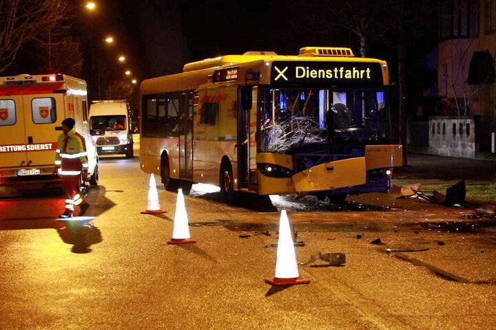 Der Busfahrer sowie der Beifahrer im VW wurden verletzt.