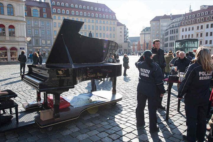 Der Musiker wird auf dem Neumarkt regelmäßig vom Ordnungsamt  kontrolliert.