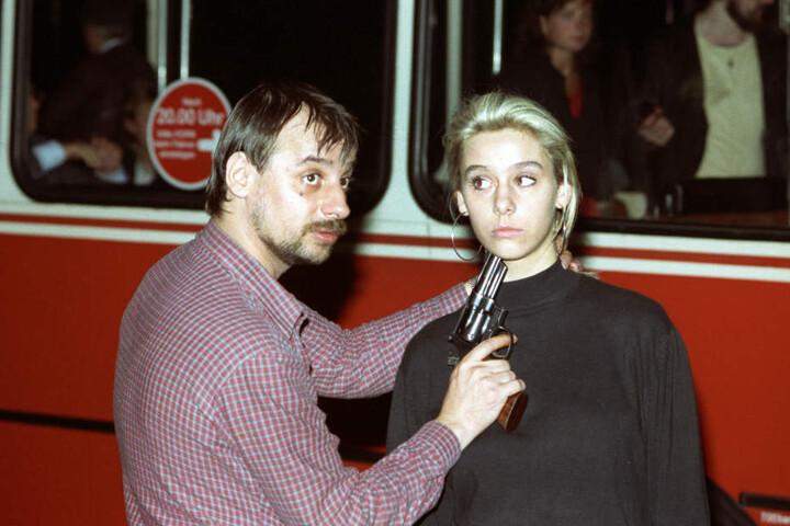 Der Entführer Dieter Degowski bedroht die Geisel Silke Bischoff am 17. August 1988 an der Raststelle Grundbergsee mit einer Waffe.