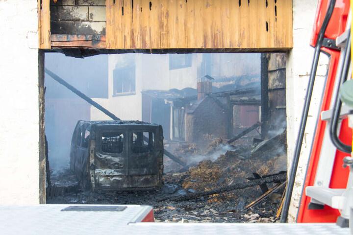 Das Auto brannte völlig aus, danach griffen die Flammen auf das Wohnhaus über.