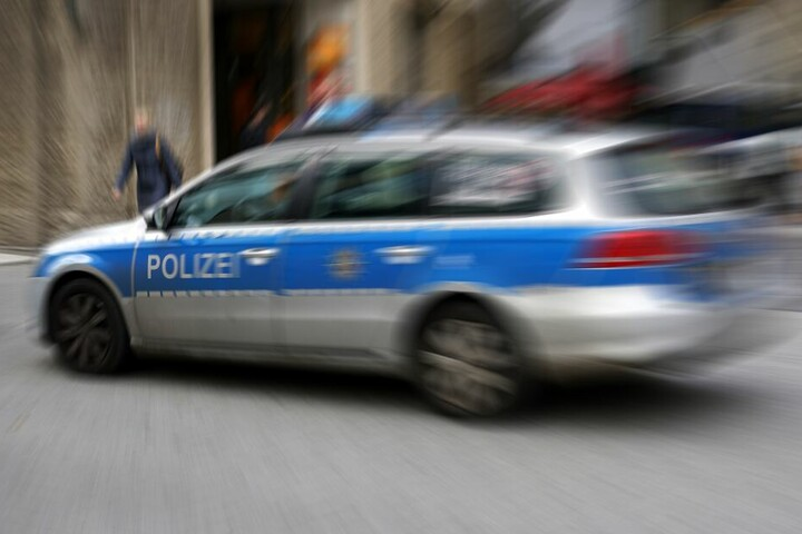 Eine Polizeistreife stoppte das gefährliche Treiben des jungen Mannes (Symbolbild).
