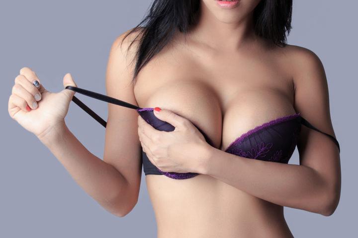 Neben Fotos von Frauen gibt es auch Texte im Playboy.