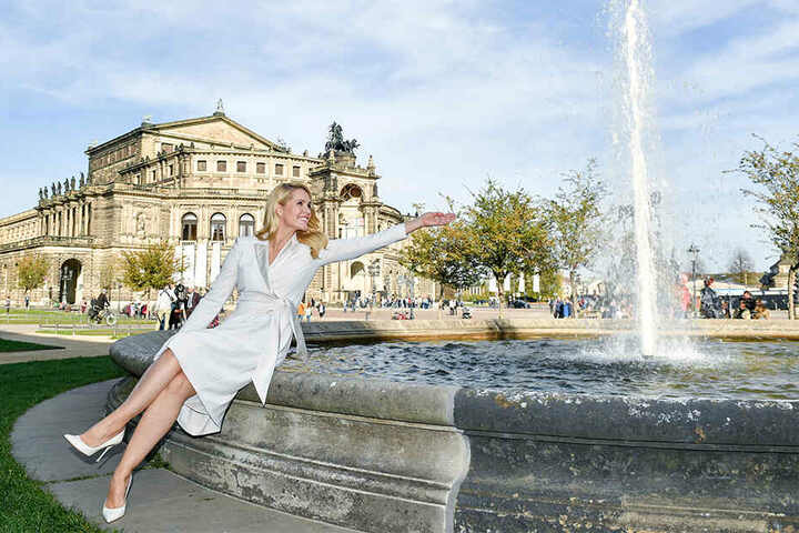 Judith Rakers am Springbrunnen vor der Semperoper in Dresden.
