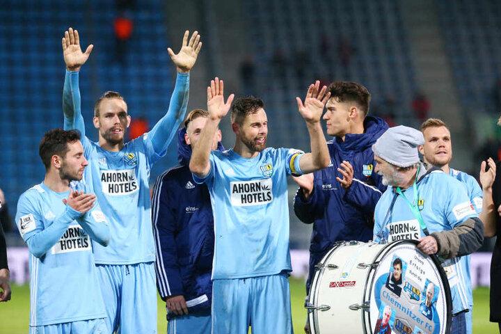 Jubel nach dem Sieg gegen Erfurt: Die CFC-Spieler danken ihren Fans.