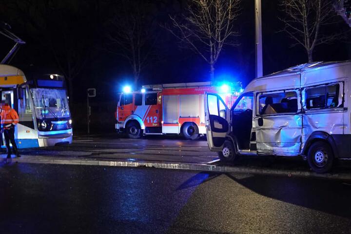 Sowohl die linke Transporterseite als auch die Frontscheibe der Tram wurden bei dem Unfall schwer beschädigt.