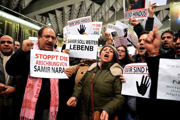 Teilnehmer einer Demonstration gegen eine geplante Abschiebung am Flughafen in Frankfurt am Main.