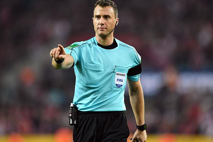 Schiedsrichter Felix Zwayer hat zum ersten Mal in der Geschichte des deutschen Fußballs einem Offiziellen die Rote Karte gezeigt.