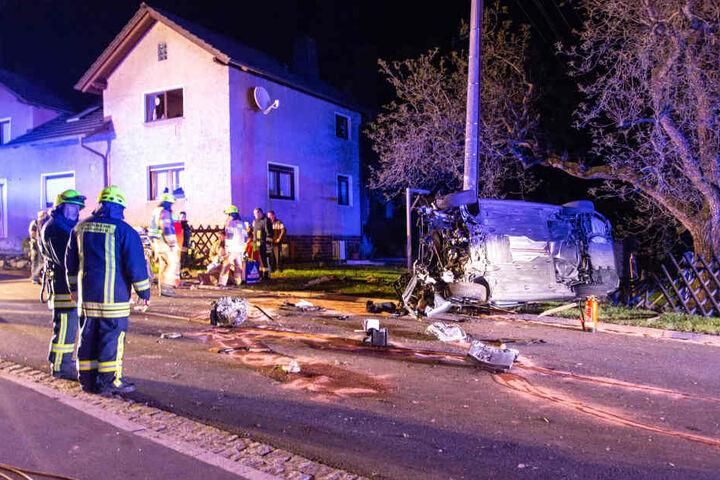 Das Auto kam in einer Rechtskurve von der Fahrbahn ab und knallte gegen einen Betonpfeiler.