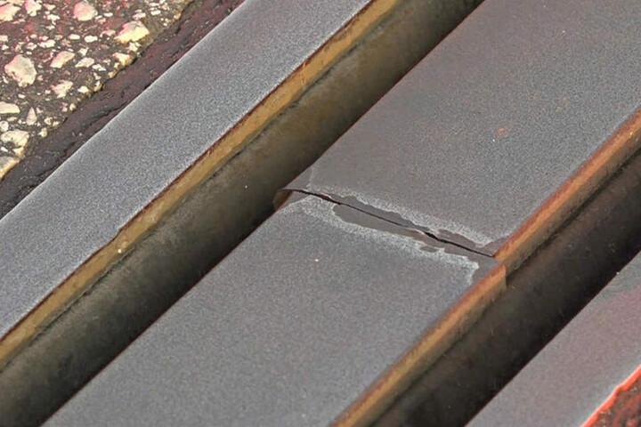 Auf der A7 muss eine gebrochene Lamelle repariert werden.