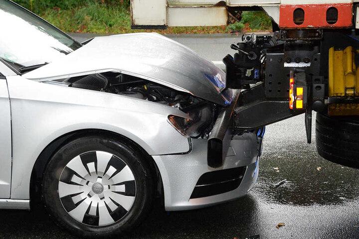 Der Motorhaube des Audi wurde komplett eingedrückt.