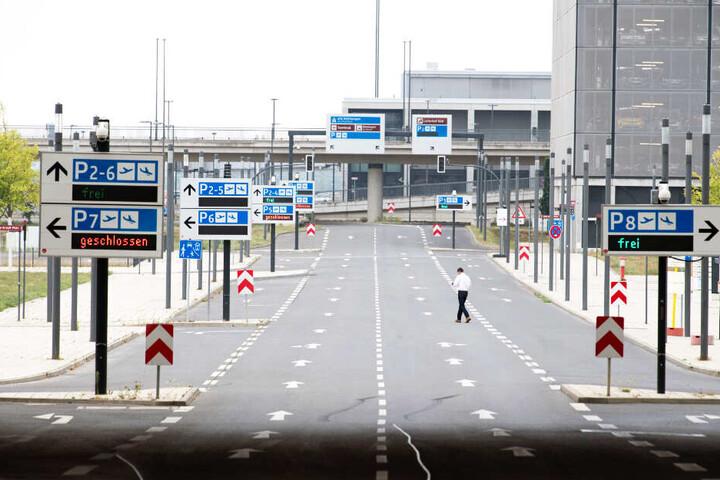 Eine fast menschenleere Straße zum Hauptterminal am BER. Die Parkhäuser 7 (links) und 8 sind für die Dynamo-Fans aber offen.