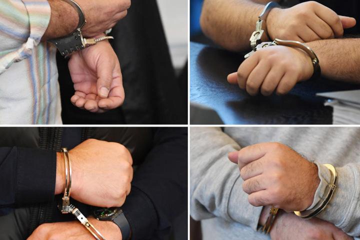 Die Hände in Handschellen von vier der insgesamt neun Angeklagten. (Archiv)